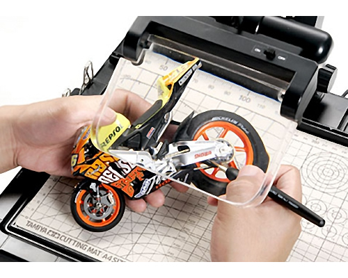 Tavoli Da Lavoro Per Modellismo : Tamiya banco lavoro con lente ta74064 modellismo.it